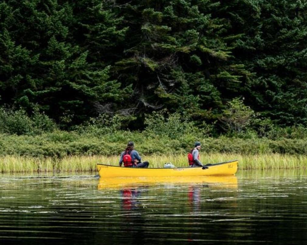 Deux personnes en canot sur la rivière La Diable